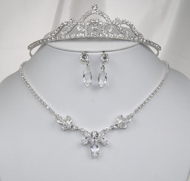 31d06ba6655 Svatební souprava se šperky bižuterie - náhrdelník + naušnice s puzetou +  korunka