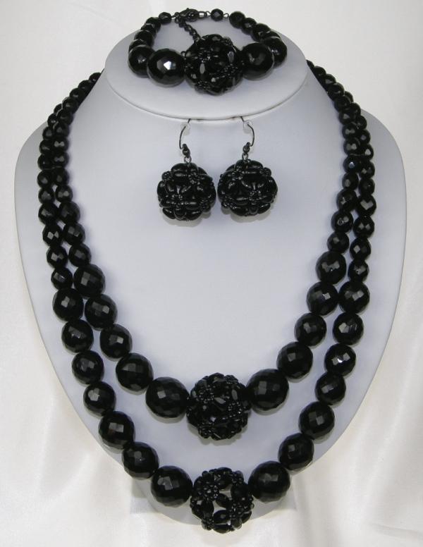 Souprava černé bižuterie z korálků - náhrdelník + naušnice s afroháčkem +  náramek 40eb33d747b