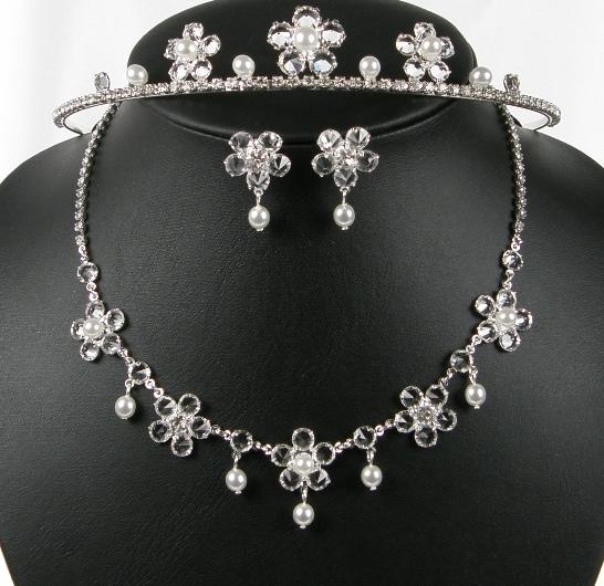 aea628b517d Souprava se šperky exklusivní svatební bižuterie - náhrdelník + naušnice +  korunka